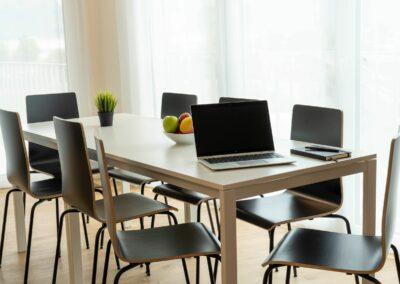 Suite | Wohnbereich mit grossem Tisch